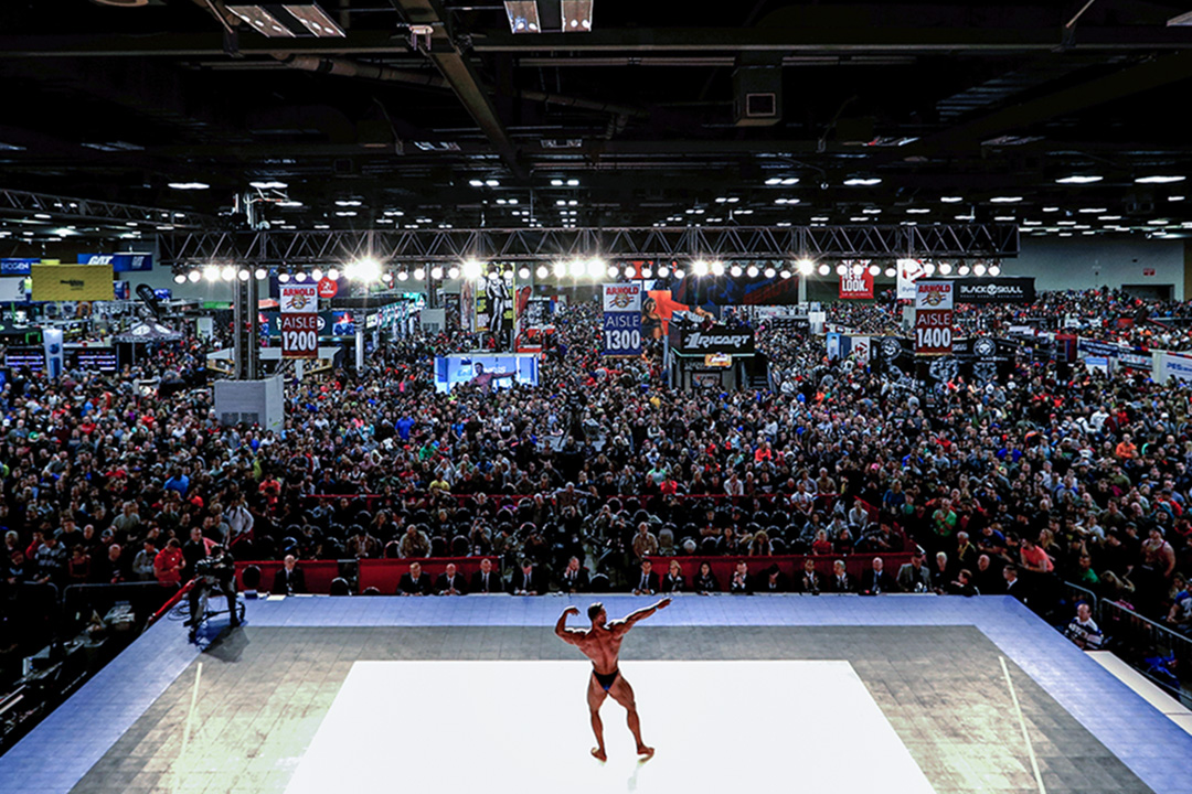 2017年3月4日,在俄亥俄州哥倫布會議中心舉行的健美比賽中,一名參賽者在舞台上展示其結實的肌肉。