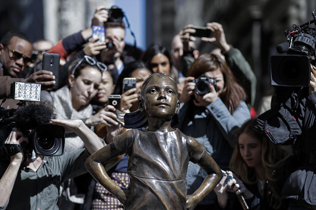 2017年3月8日,在紐約華爾街銅牛對面,人們不停拍攝「無懼女孩」雕像。這座雕像由投資公司State Street Global Advisors裝置,目的不僅是慶祝國際婦女節,亦為了突顯華爾街金融圈內性別不平等問題。