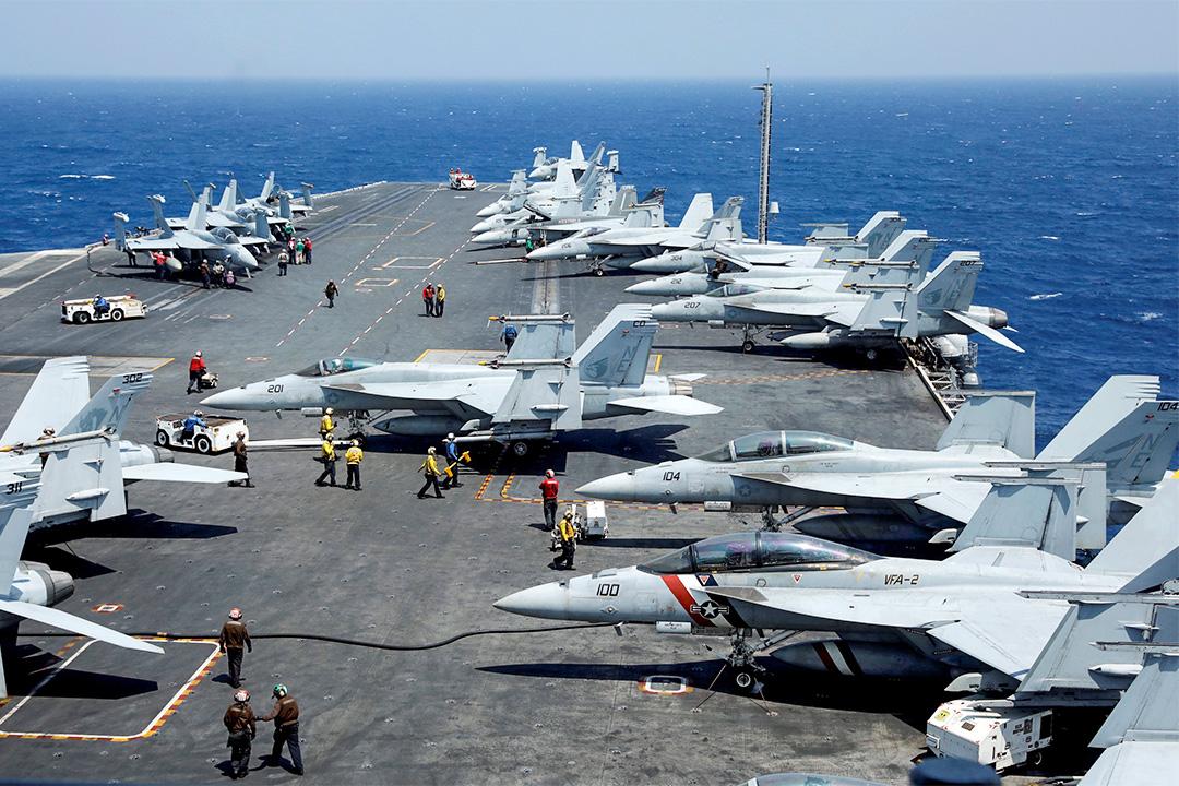2017年3月3日,美國海軍F18戰鬥機在卡爾·文森號航空母艦的飛行甲板上進行日常演練。