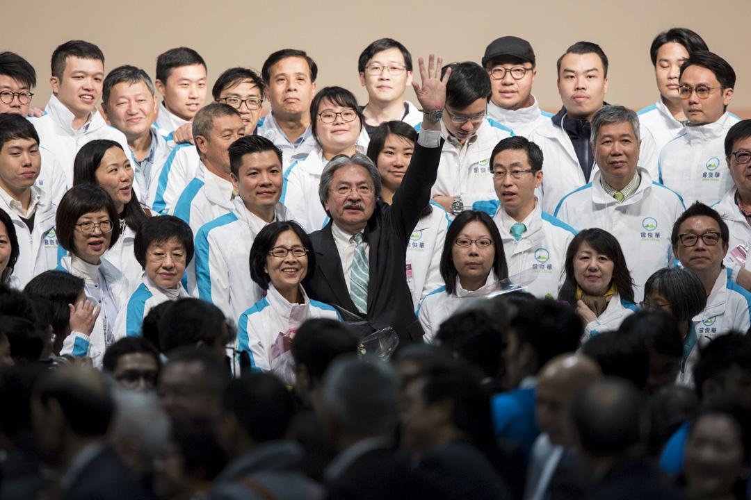 曾俊華落選後與競選團隊一同拍照留念。