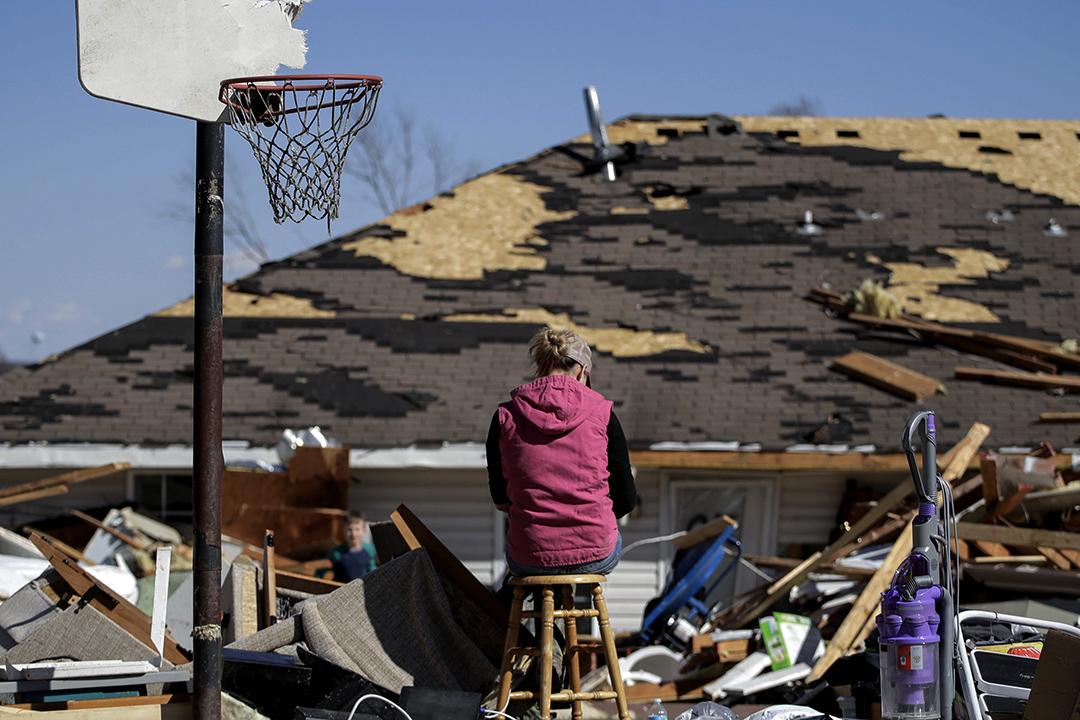 2017年3月7日,一場嚴重的暴風雨經過密蘇里州橡樹林 (Oak Grove) 地區過後,一名女子協助朋友收拾其物品時,於友人被龍捲風損壞的房子旁休息。
