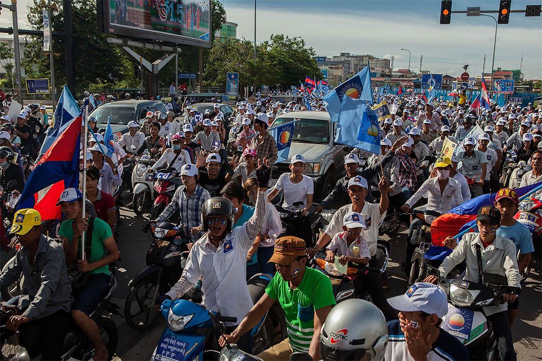 2013年7月26日,在柬埔寨金邊,柬埔寨救國黨的大批支持者於選舉前發起遊行。