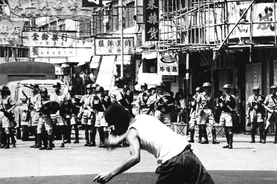 六七暴動期間,有人用石塊或玻璃瓶攻擊警察。