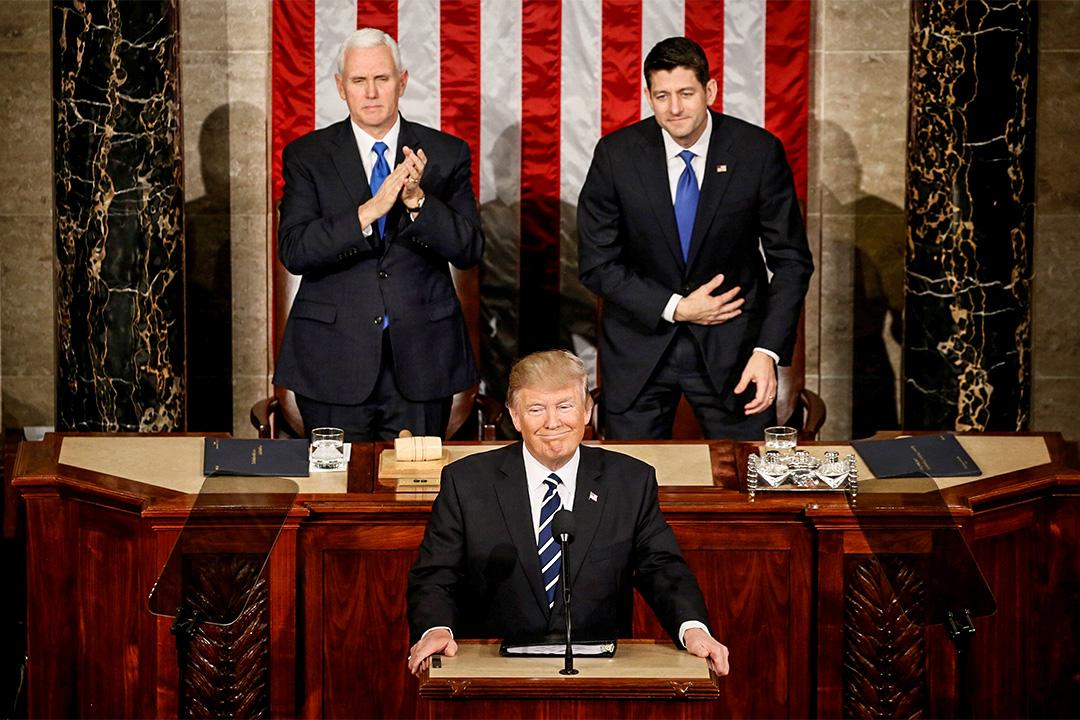 美國總統特朗普在副總統麥克彭斯 (Mike Pence) 和眾議長保羅萊恩 (Paul Ryan) 前演講介紹預算案。