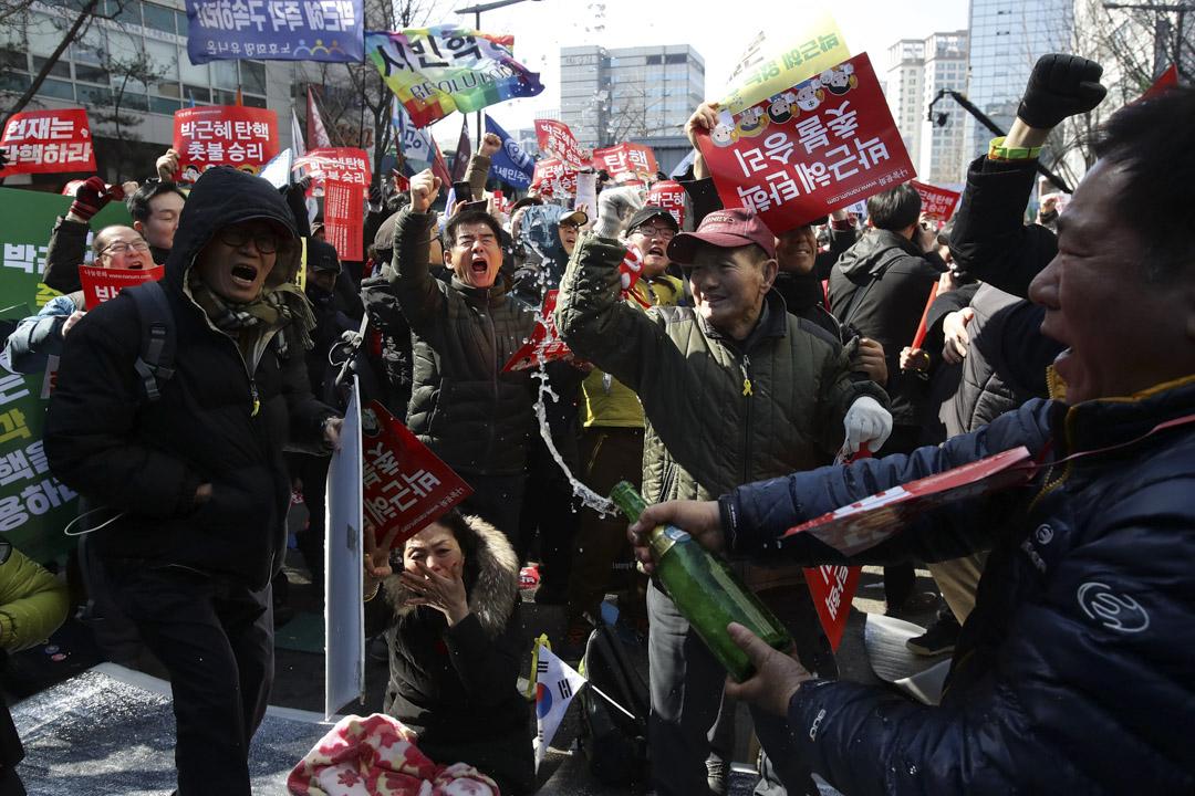 2017年3月10日在韓國首爾,群眾聽取憲法法院的判決后慶祝。