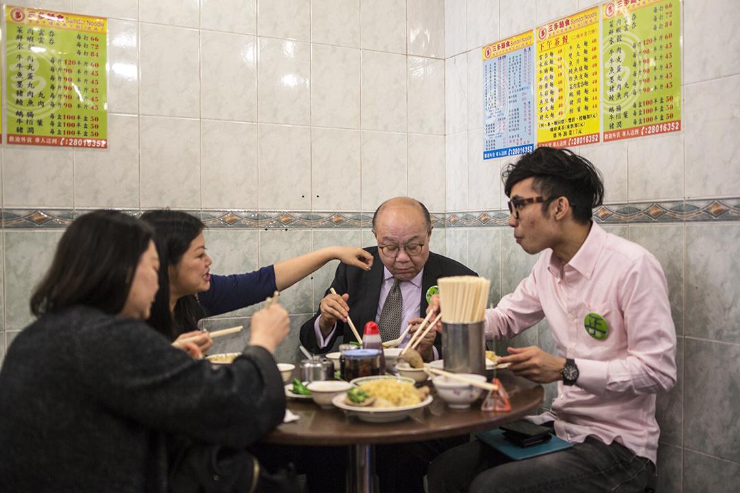 胡國興到公司附近的麵檔吃最愛的豬潤雲吞麵。