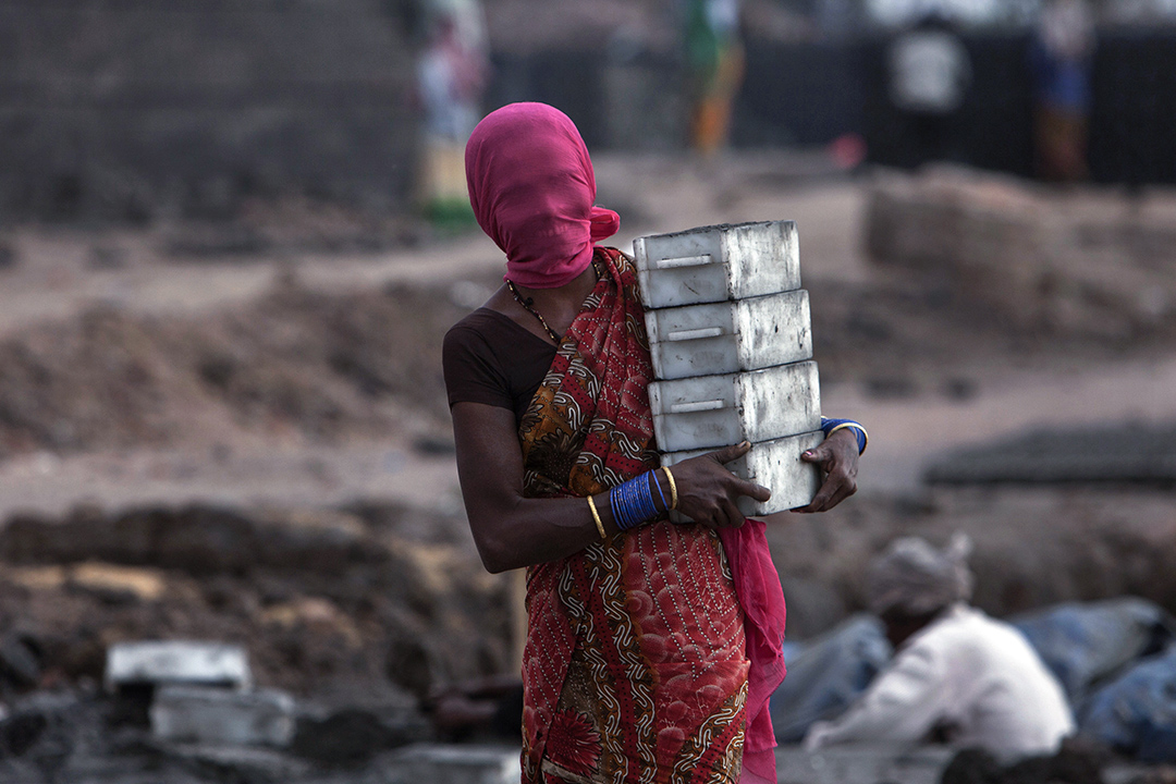 2017年3月7日,國際婦女節前夕,在印度海德拉巴,一名印度女人在她的磚窯工作,她的臉被覆蓋著,以免吸入塵埃。