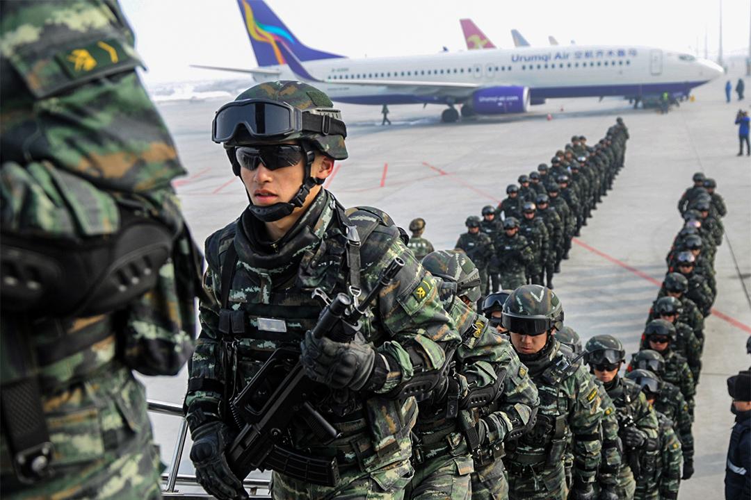 2017年2月27日,大批軍警準備從烏魯木齊飛往喀什作出反恐行動。