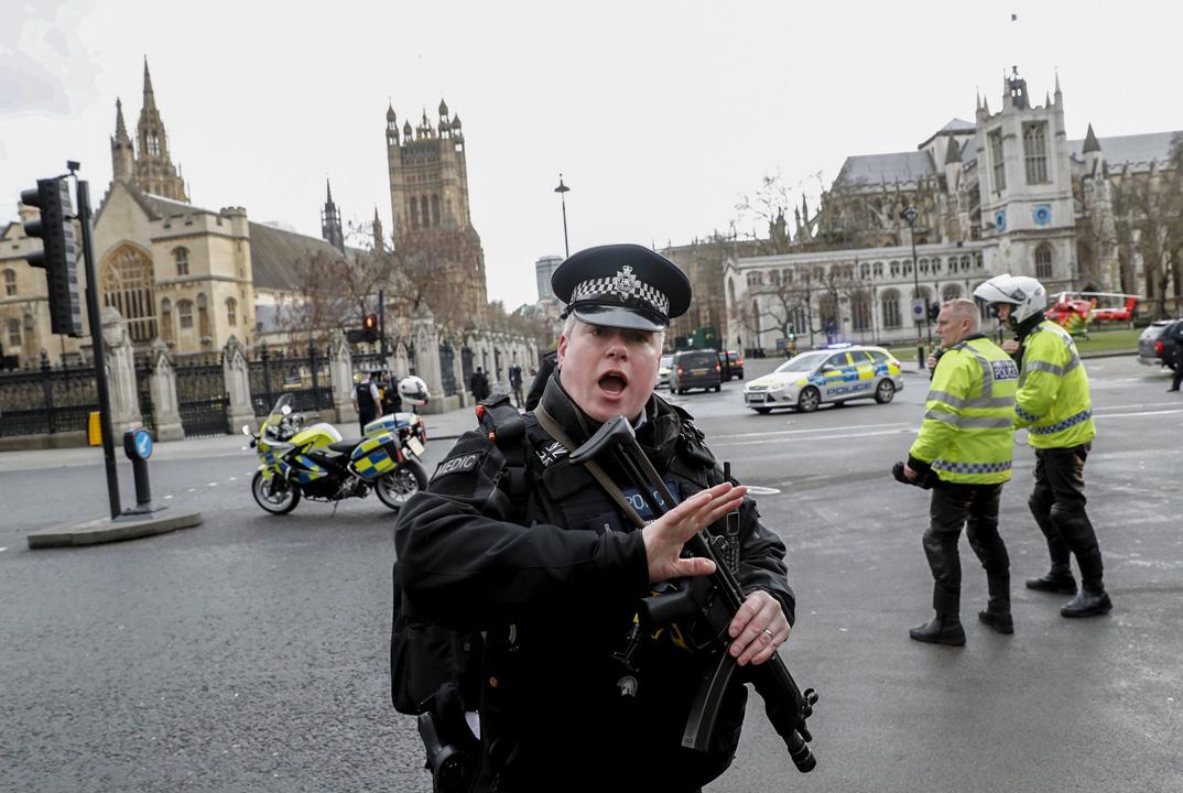 恐怖襲擊後,配備武器的警察抵達案發現場戒備。