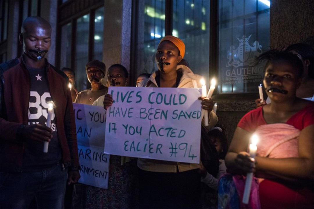 2017年2月2日,示威者聚集在南非豪登省總統辦公室前,抗議當地衞生部門以削減開支為由,將精神病患者從醫院轉移至無牌、猶如集中營的醫療設施後居住,造成多人死亡。