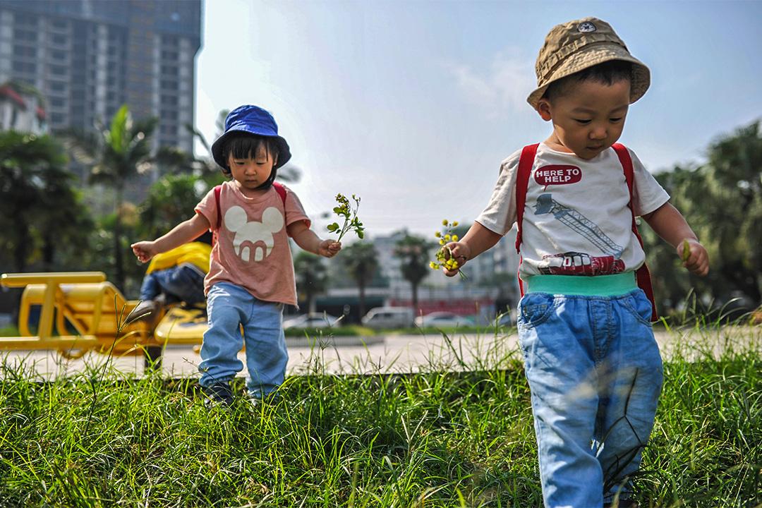 相比养育男孩,在中国大陆养育女孩更难。