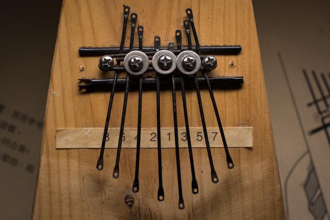 佔中期間回收的遮骨變成手琴樂器的琴弦。