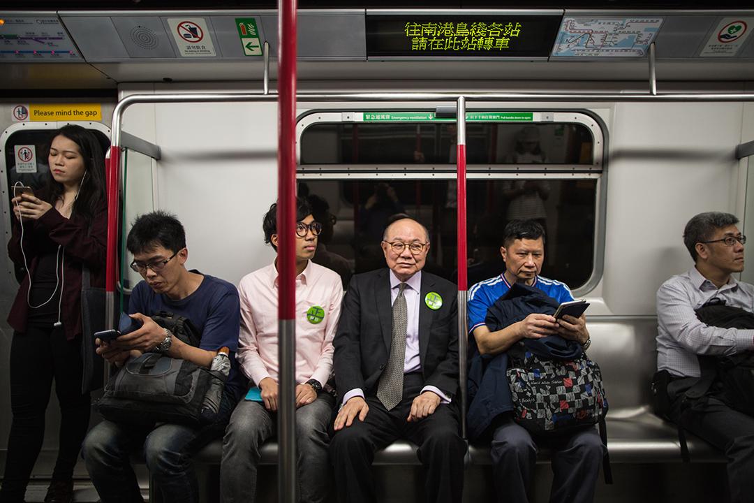 胡國興選擇乘搭地鐵,由中環到金鐘接受電視訪問。