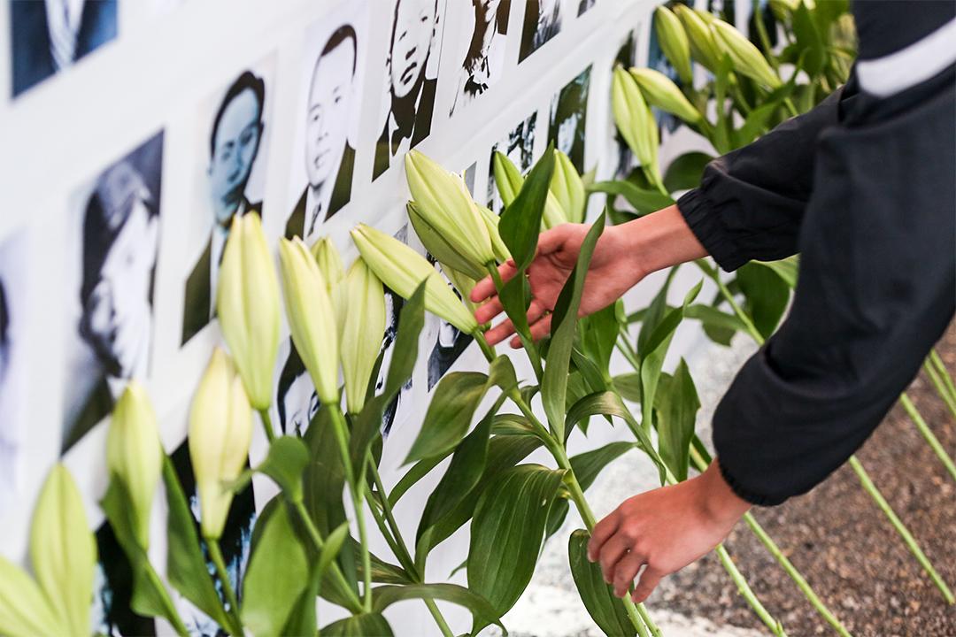 游行队伍自行政院出发,最后抵达凯达格兰大道,向受难者遗像献花致敬后,共生音乐节正式开唱。