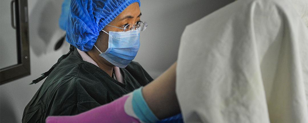 二孩政策實施近一年,更多中國女性嘗試透過試管嬰兒生育下一代。圖中醫生正使用胚胎動態觀察系統監測胚胎生長發育情況。