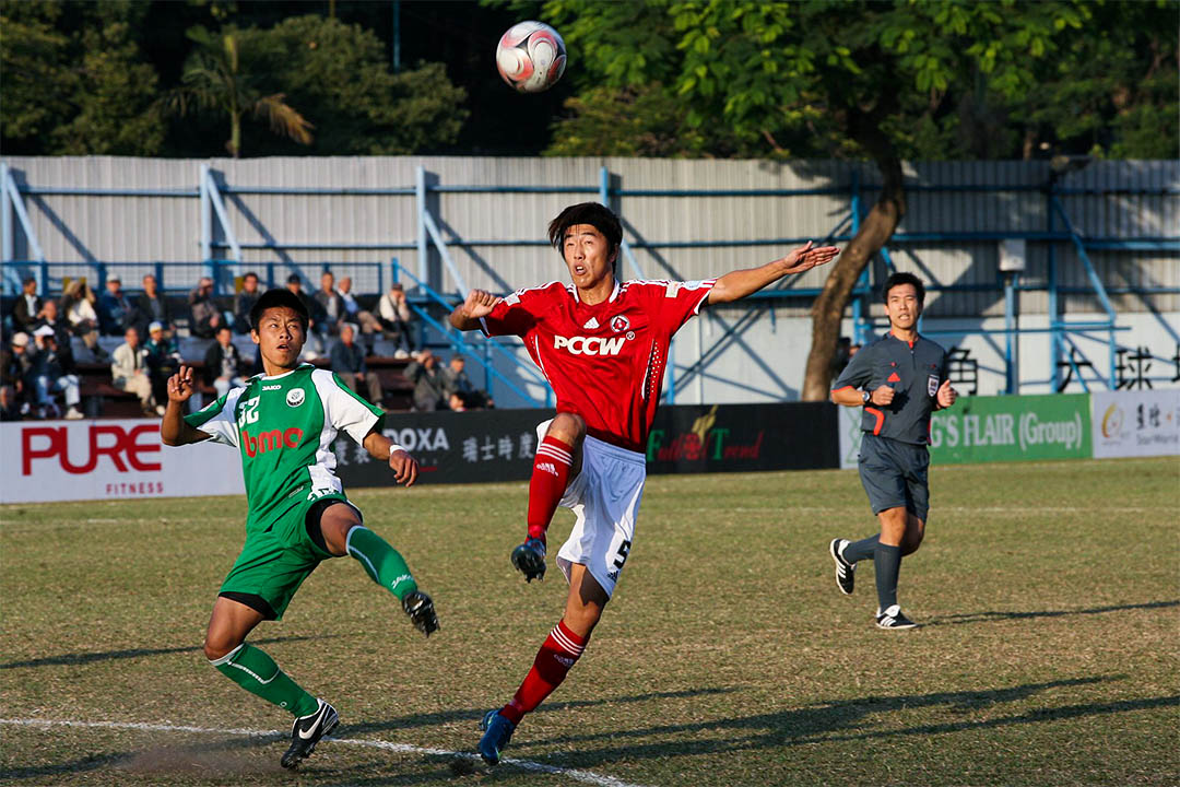日前香港球會東方球員白鶴(中)在微博的留言引起香港網民聲討。