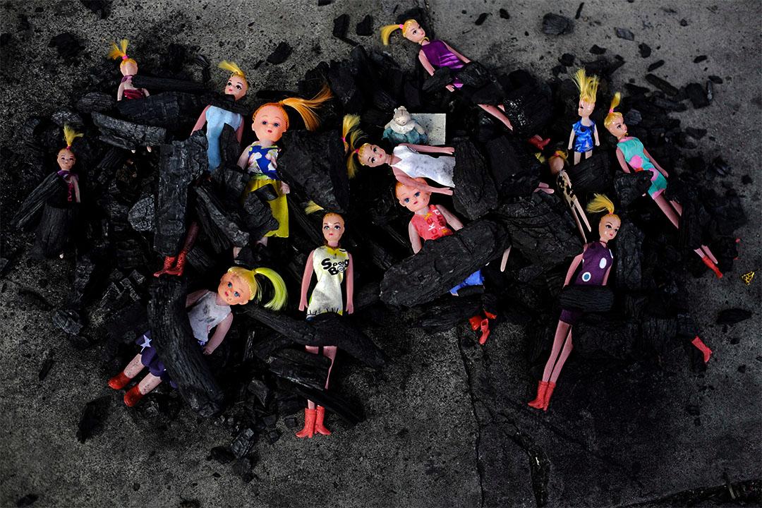 2017年3月11日,在危地馬拉國家宮前,有人把玩偶娃娃放在木炭堆,以此令人關注早前當地兒童收養中心發生火災,導致數十名女孩死亡的事件。