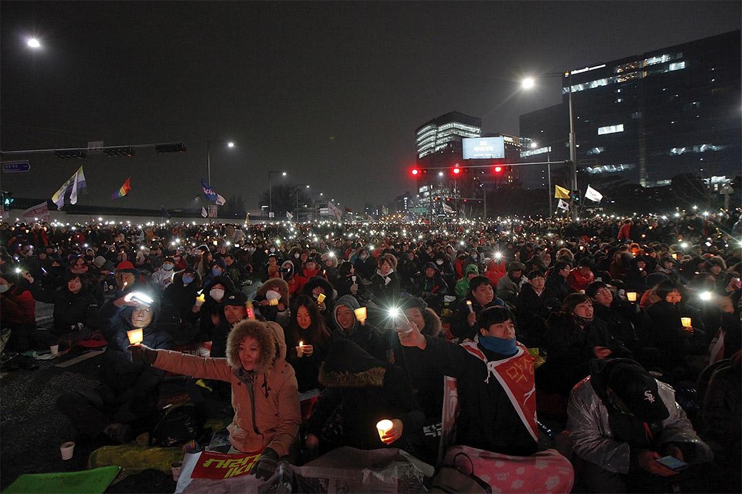 2016年11月26日,大批人士聚集在市中心的主要街道,抗議樸槿惠「閨蜜干政」。