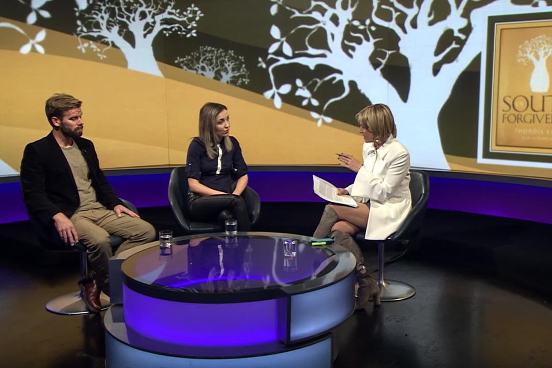 Thordis Elva(中)和Tom Stranger(左)在BBC的電視節目上受訪。