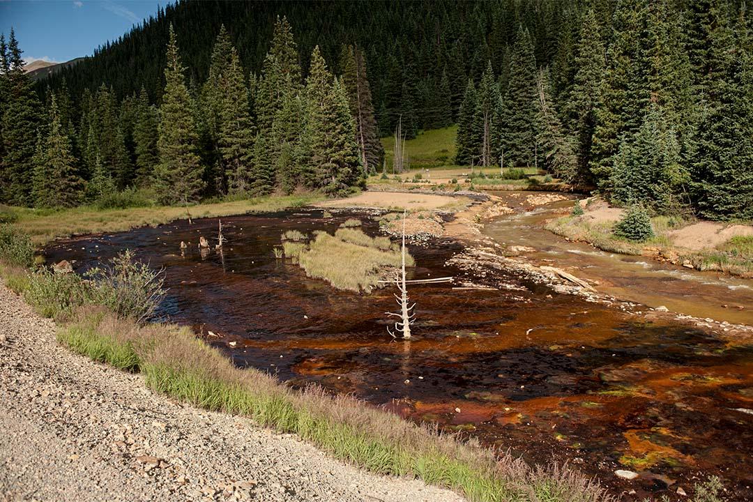 在科羅拉多州的 Cement Creek,採礦後的廢水流到河道。