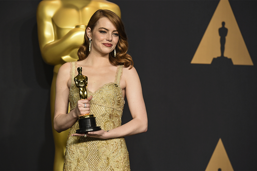 2017年2月26日頒獎典禮完結後,艾瑪史東手持獎項於記者室內拍照。