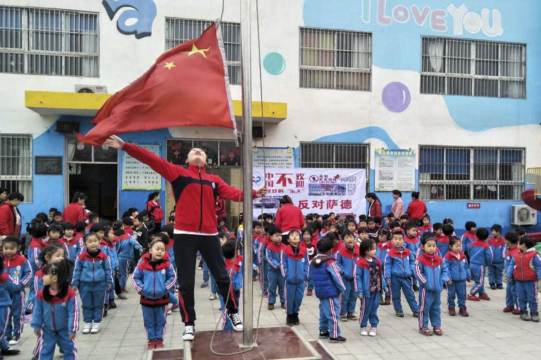 """2017年3月14日,河北省一所學校展開了一場愛國主義教育課,他們通過升國旗、唱國歌、宣誓簽名等方式反對""""薩德"""",以此表達對對祖國母親的無限熱愛和忠誠。"""