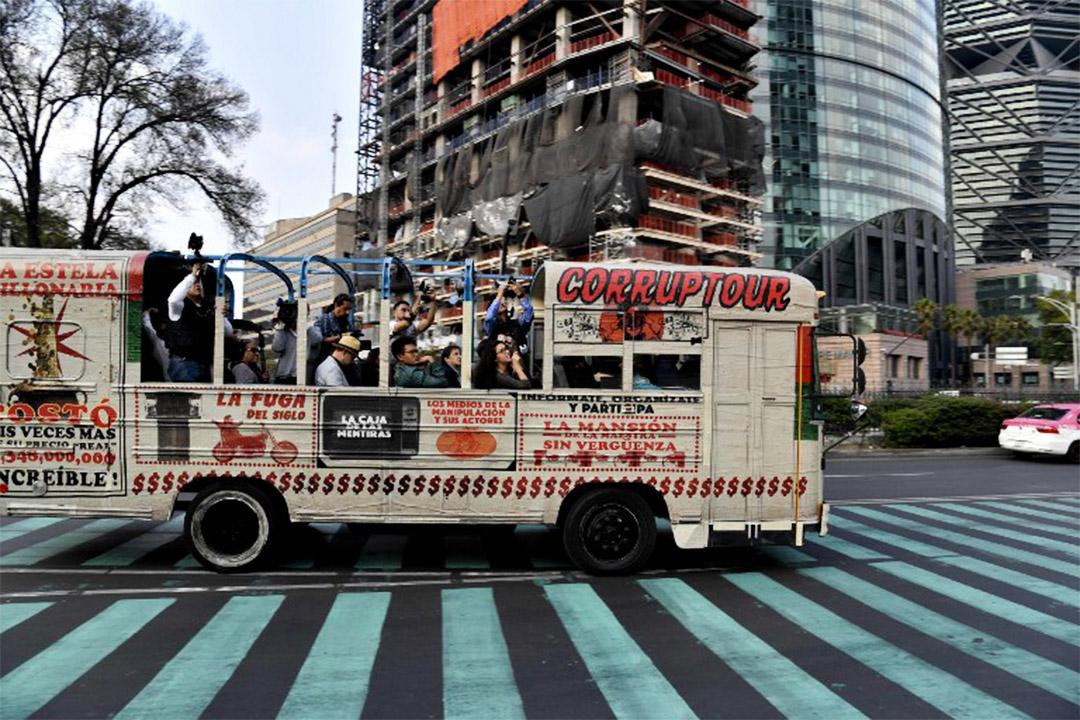墨西哥有當地人開發了貪污旅遊團,帶領遊客遊覽貪污政客留下的政績工程與大宅。圖為該團旅遊車。