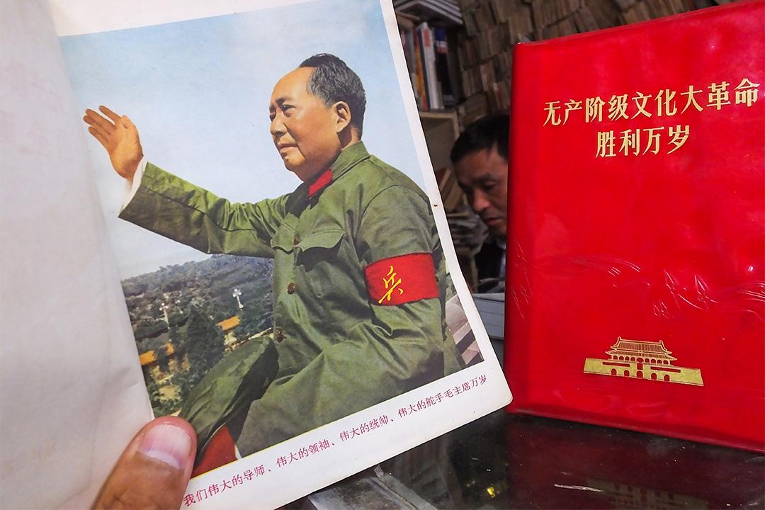 偏右的人認為文革是毛澤東為了維護共產黨的政權穩固。圖為中國無產階級文化大革命時期的歷史資料。