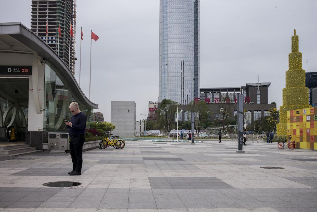 近年John 從北京遷到廣東,成為一家原料公司和文化培訓機構的老闆,過去23年,足跡走遍半個中國。