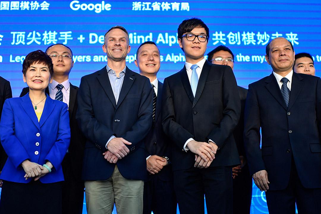 2017年4月10日,中國圍棋協會、Google、浙江省體育局於北京召開新聞發布,宣布將於5月23日至27日在浙江烏鎮舉辦中國烏鎮圍棋峰會。柯潔(前排右二)會首先與AlphaGo對奕三番。