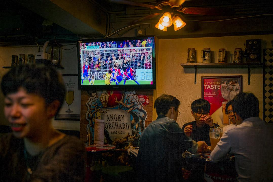 一度成功搶奪英超播映權的NowTV營業額不斷下降。2015年9月22日,樂事宣布以市傳47億港元的天價奪得2016/17起三季英超播映權,其後NowTV宣布與樂視簽訂獨家協議,成為香港唯一獲授權全數直播的電視台。圖為旺角一間酒吧正轉播英超賽事。