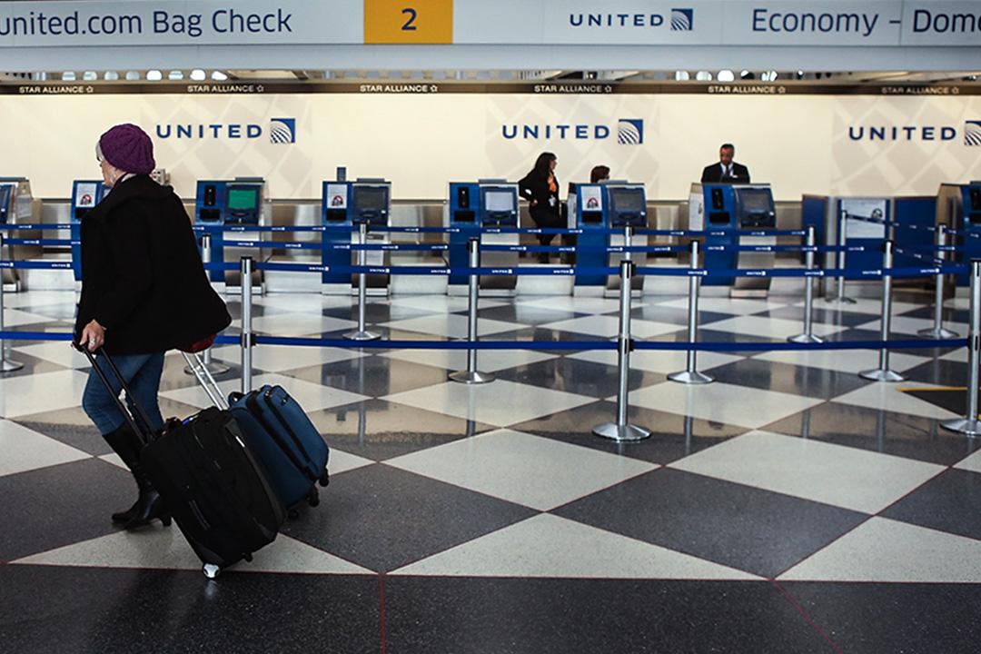 美聯航航班因機位超賣,拖拽華人乘客。