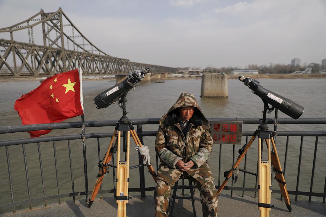 2017年4月1日,中國遼寧省丹東的一個遼望台,這裡能供遊客遠眺對岸的北韓。