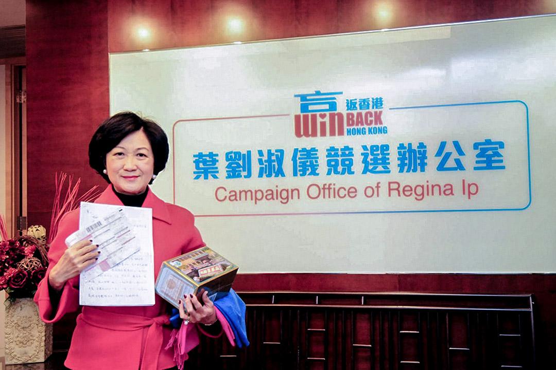 葉劉淑儀早前於競選辦公室照片。