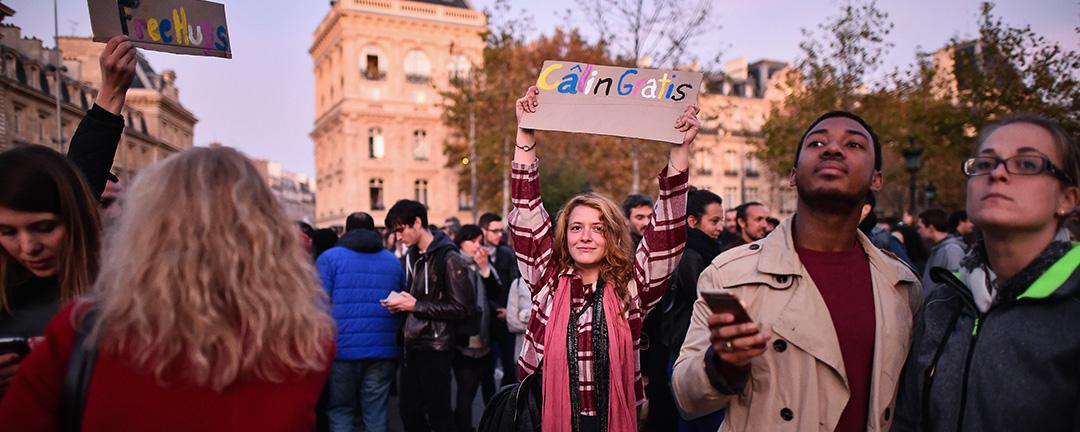 在巴黎街頭,有人舉牌提供「Free Hugs(免費擁抱)」,通過擁抱向陌生人傳遞溫暖。