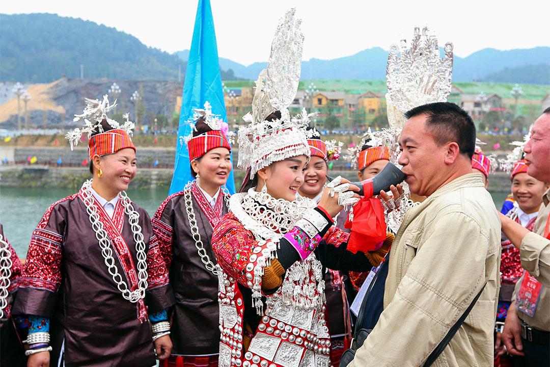 貴州劍河縣的苗族女子在仰阿莎節期間向遊客敬酒。文化節期間,舉行萬人水鼓舞、原生態水鼓舞表演、民族風情巡遊展演等活動。