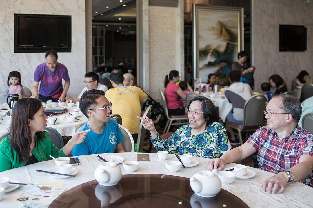 今年35歲的黃家豪,父母都是聾人,夫妻間習慣打手語溝通,但家豪自己卻不太懂手語。