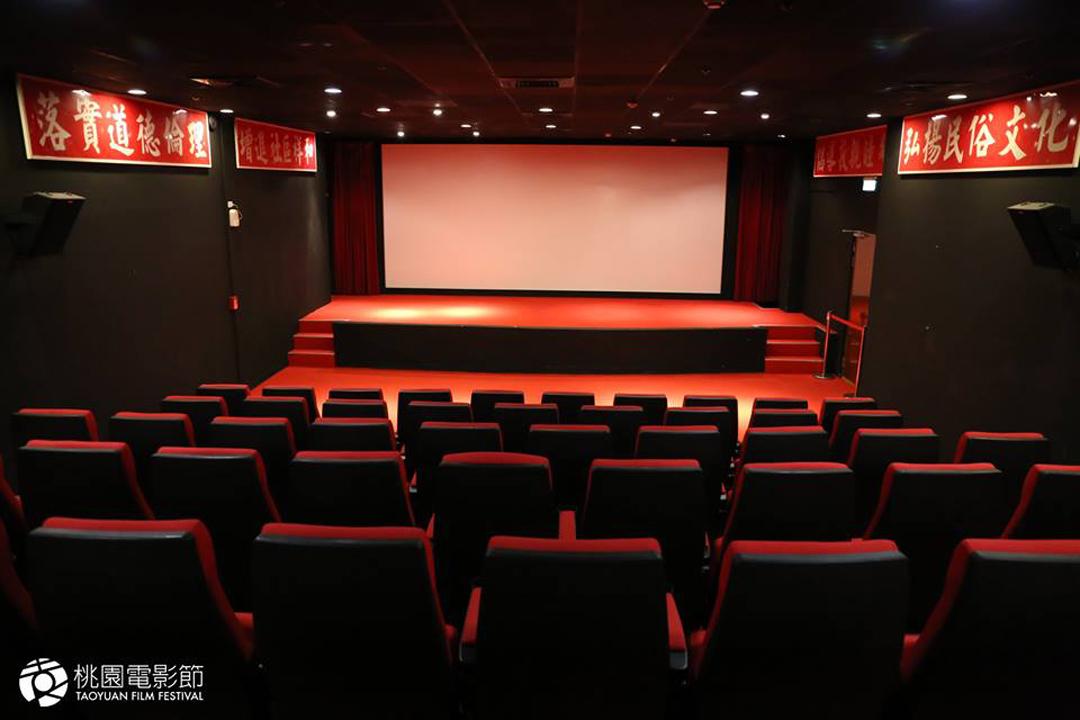 本屆桃園電影節放映場地之一:桃園光影,因為是由馬祖新村活動中心改建,原建物的標語還保留在牆上。