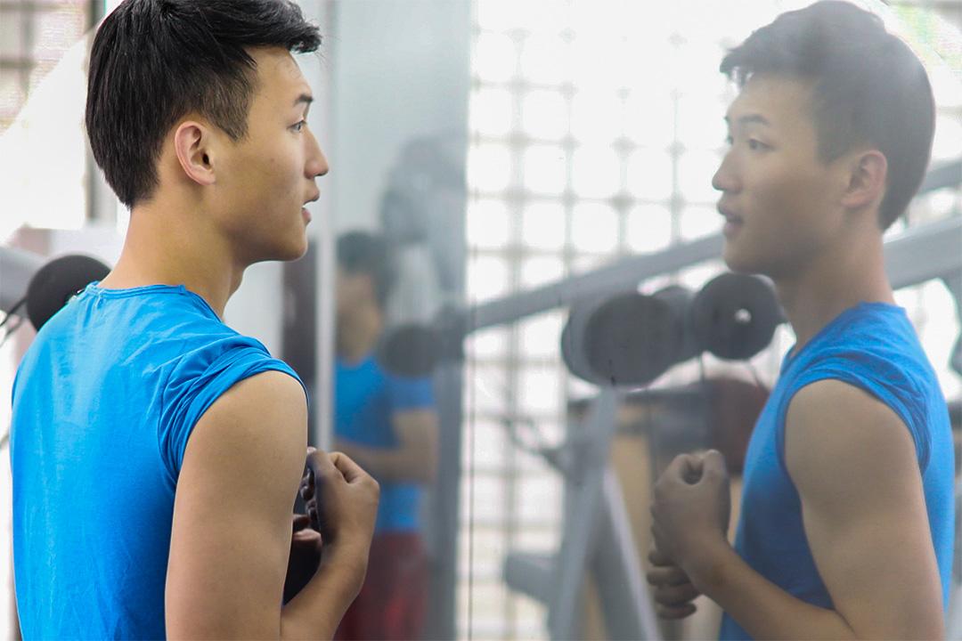 網模班的學生在學校專門為他們準備的健身房中。