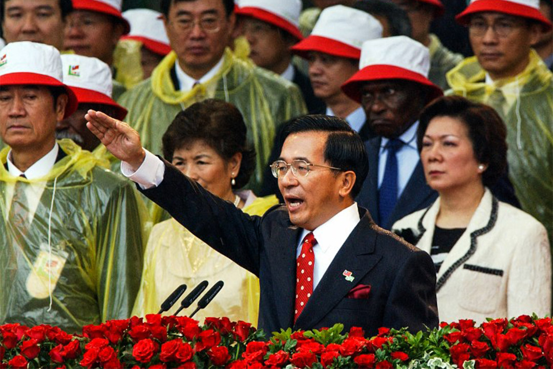 2004年5月20日,陳水扁於在台北總統府前進行宣誓儀式。