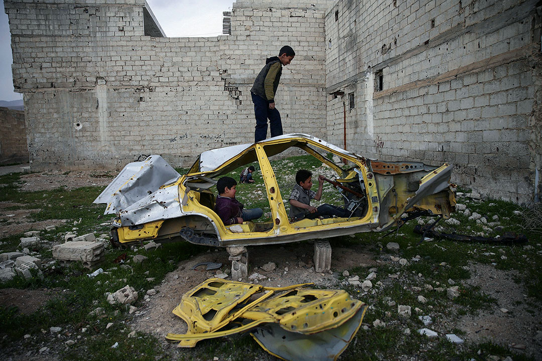 2017年4月1日,敘利亞大馬士革被反抗軍控制的杜馬,一班男孩在車輪殘骸玩耍。