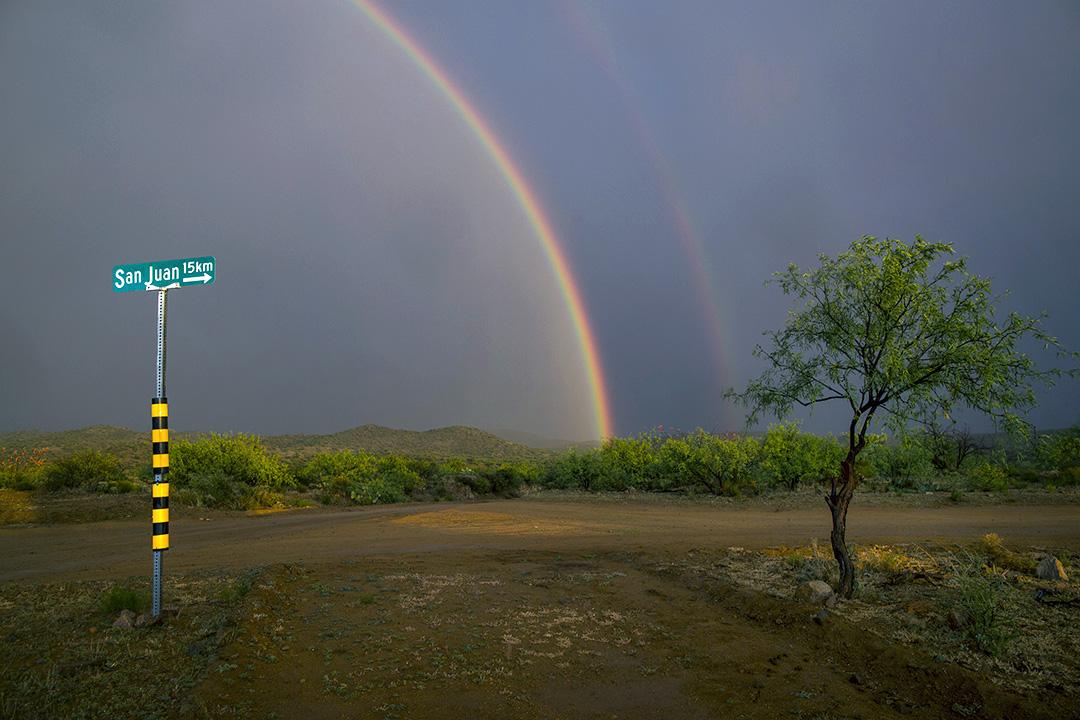 2017年4月1日,墨西哥索諾拉州的Sasabe郊區,在亞利桑那州邊界附近,一場暴風雨中出現雙彩虹。