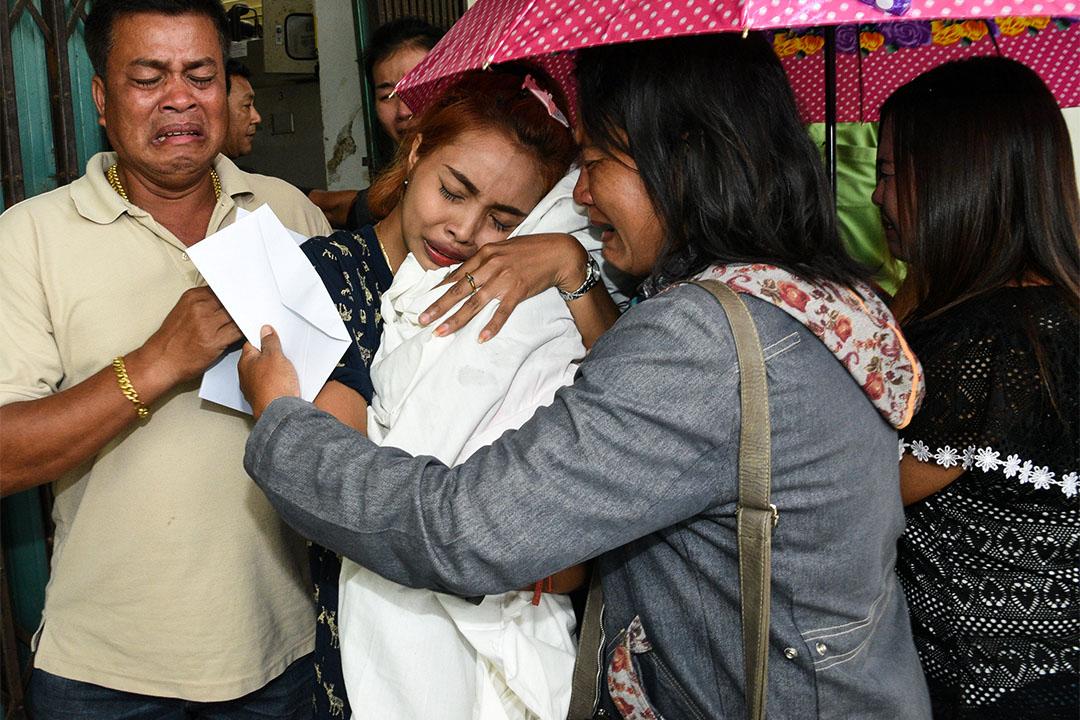 泰國男子網上直播殺女後再自殺。2017年4月25日,在泰國一家醫院,一名女士抱著其死去的11個月大的女兒。