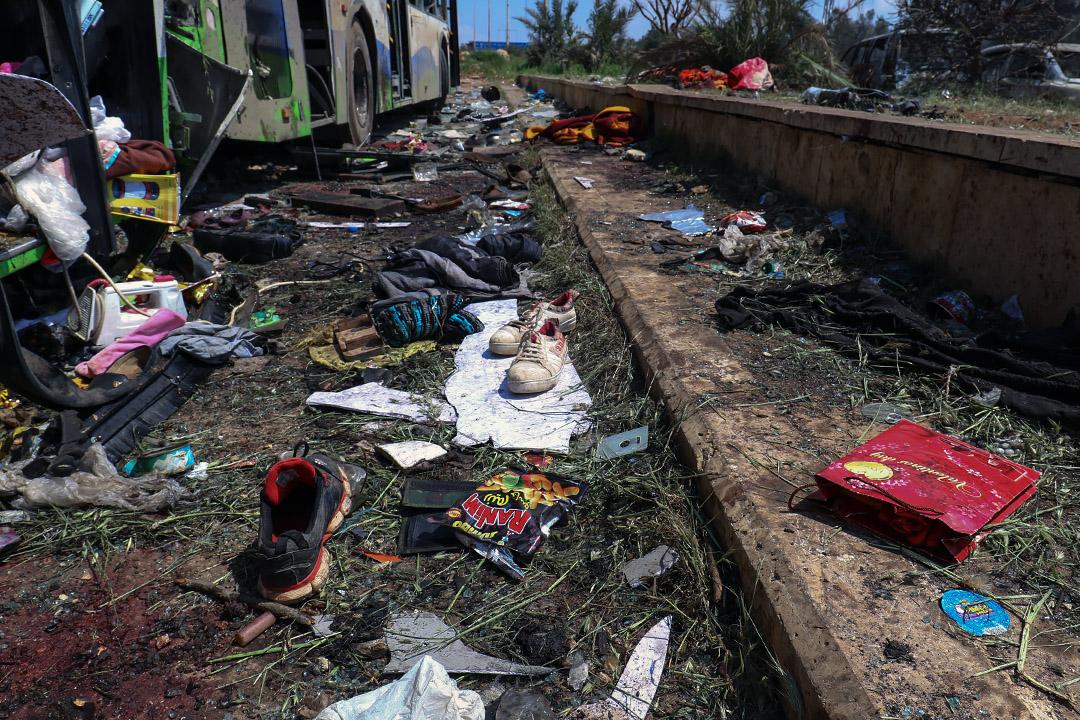 2017年4月16日,敘利亞阿勒頗西部,於15日發生汽車炸彈爆炸,至少126人喪生,其中68名是兒童,事後鞋子散落在地上,於一架受損的公共汽車旁。