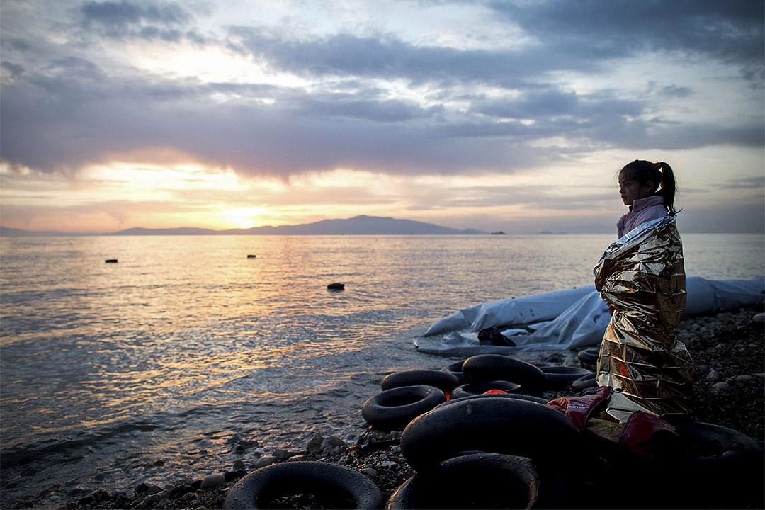 一名敘利亞女孩眺望海面。