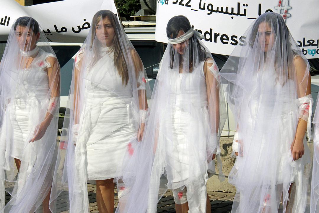 2016年12月6日,黎巴嫩婦女身穿婚紗,抗議刑法522條。522條法律規定,強奸犯與受害者結婚可免遭起訴,該條法律在黎巴嫩的一些保守地區仍然施行著。