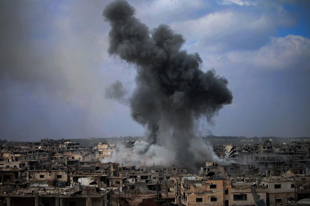 2017年4月16日,在敘利亞城市德拉,反對派控制地區遭逢空襲,驟然被煙霧籠罩。