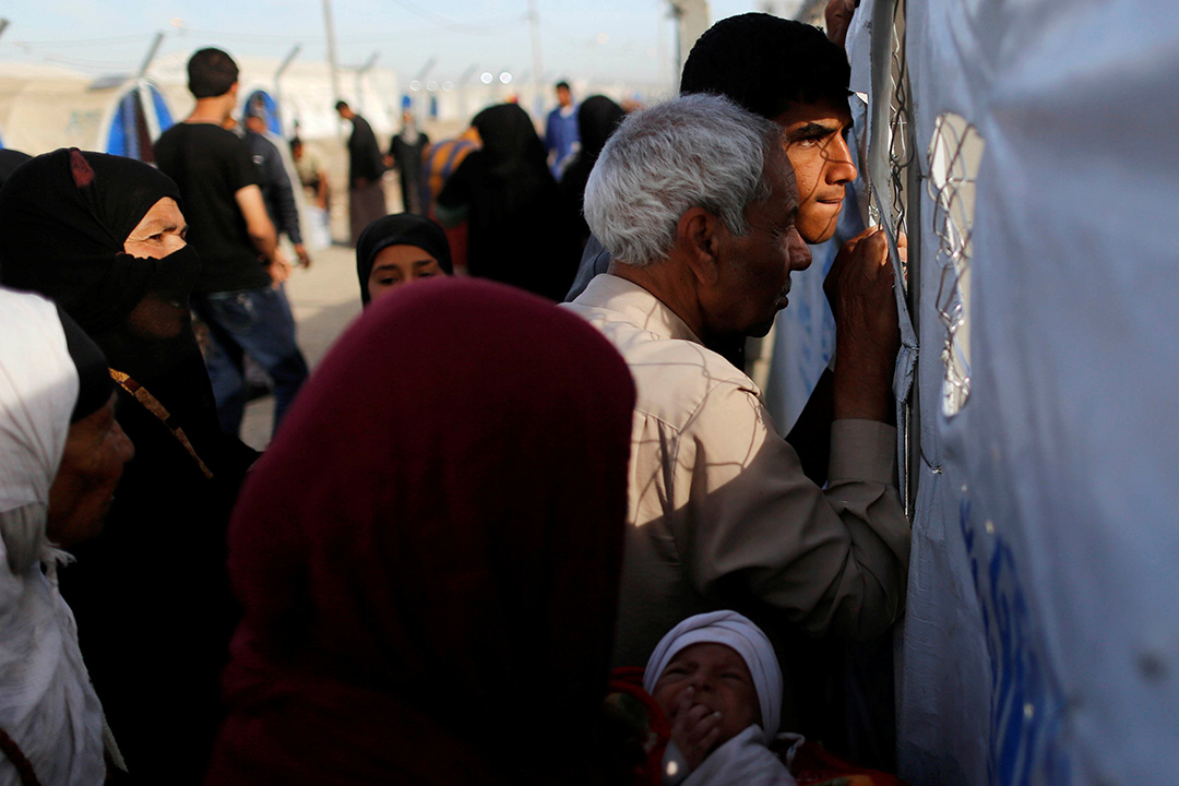 2017年4月26日,伊拉克摩蘇爾南部,因戰爭而流離失所的人們,嘗試進入位於摩蘇爾以南的哈馬爾阿利爾鎮( Hammam al-Alil)的難民營。