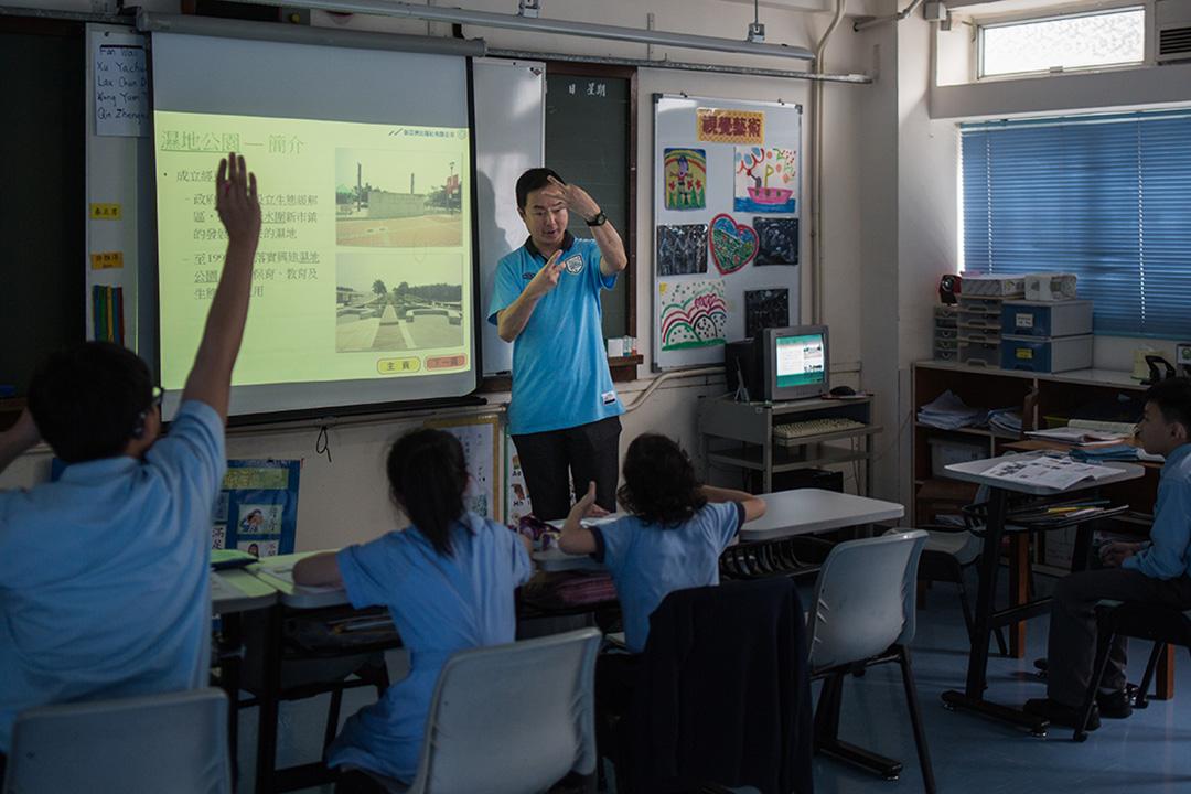 手語在香港逐漸成為瀕危語言,政府無意活化,唯有聾人學校與民間自己動手。