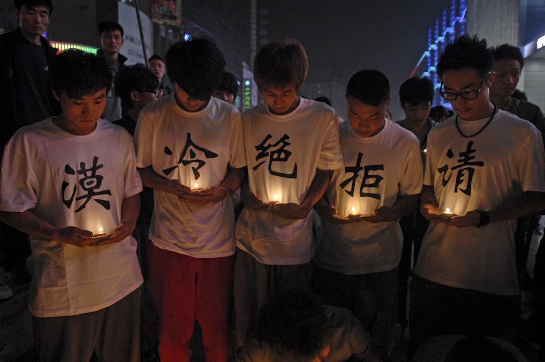 2011年10月22日,小悅悅去世第二天,天津濱海新區塘沽步行街上一群跑酷少年用自己特有的方式悼念小悅悅,身穿「請拒絕冷漠」T恤衫,在城市中疾走,以期喚醒公眾責任與良知。